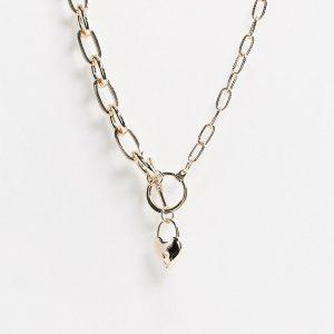 ASOS DESIGN - Guldfärgat halsband med t-stav och hjärtformad medaljong