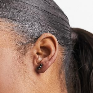 Kingsley Ryan - Svart klättrande öronsmycke i sterlingsilver med strass