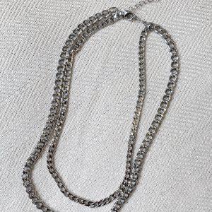 ASOS DESIGN - Silverfärgat halsband i flera kedjor med pansarkedjor i olika tjocklek