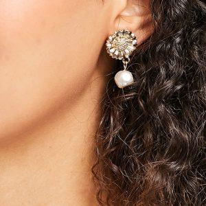 ASOS DESIGN - Guldfärgade örhängen med blomma och pärlhänge