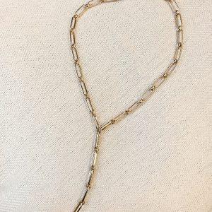 ASOS DESIGN - Guldfärgat lariathalsband med t-hänge